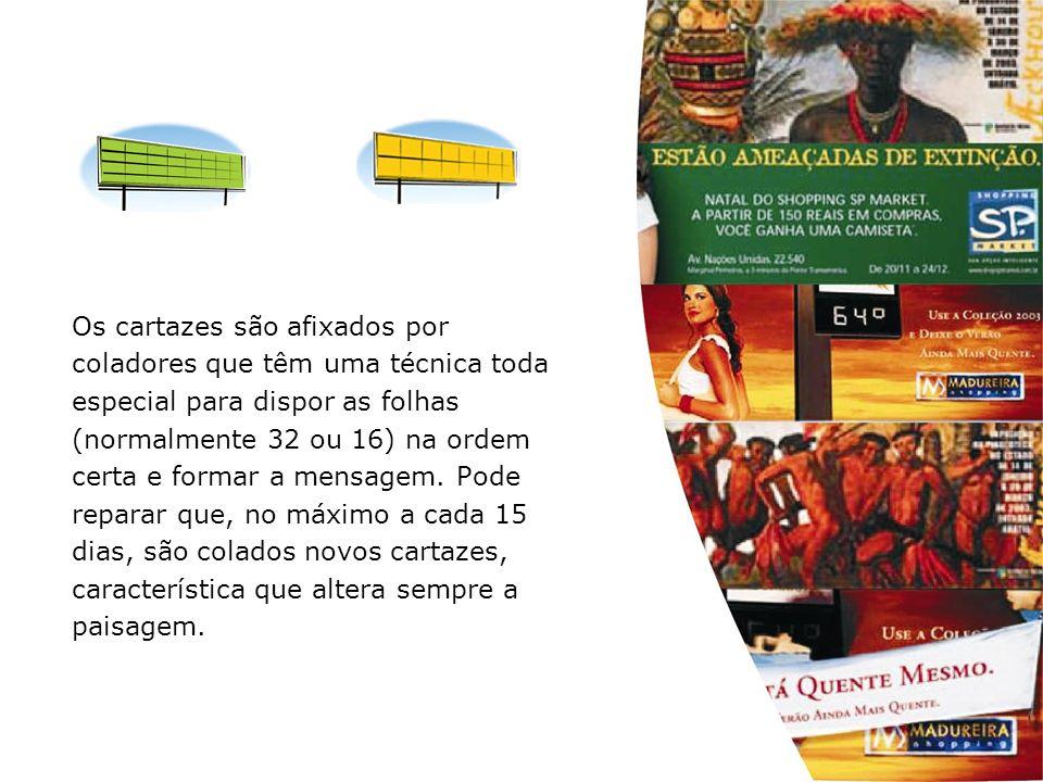 Os cartazes são afixados por coladores que têm uma técnica toda especial para dispor as folhas (normalmente 32 ou 16) na ordem certa e formar a mensag