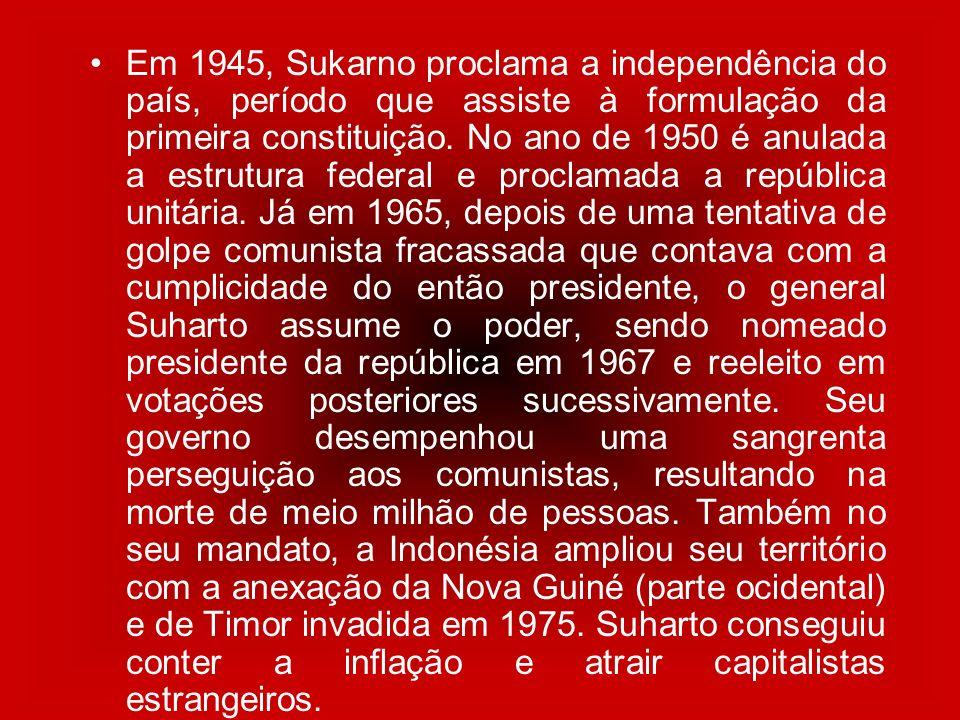 Em 1945, Sukarno proclama a independência do país, período que assiste à formulação da primeira constituição. No ano de 1950 é anulada a estrutura fed
