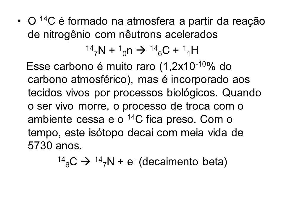 O 14 C é formado na atmosfera a partir da reação de nitrogênio com nêutrons acelerados 14 7 N + 1 0 n 14 6 C + 1 1 H Esse carbono é muito raro (1,2x10