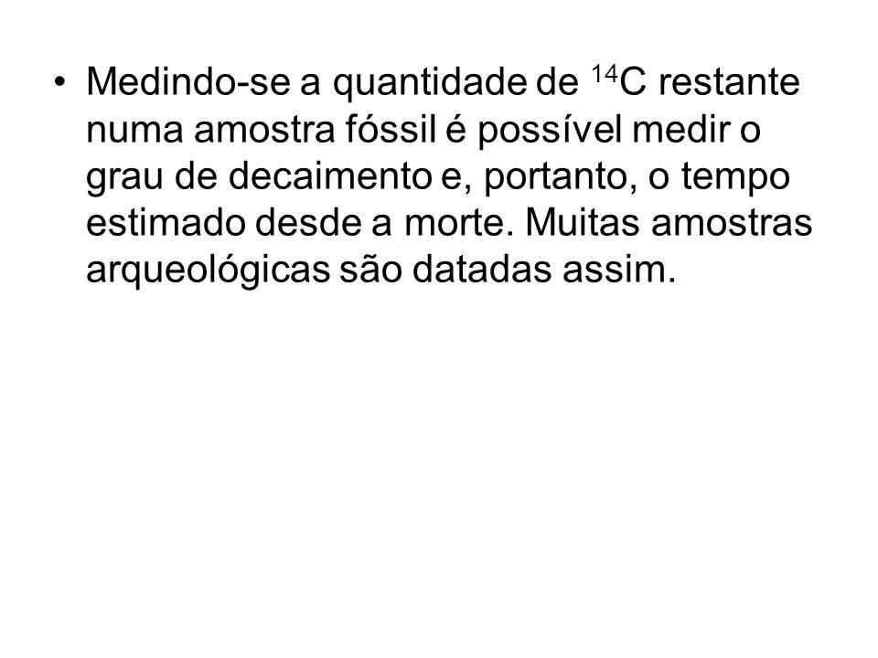 Medindo-se a quantidade de 14 C restante numa amostra fóssil é possível medir o grau de decaimento e, portanto, o tempo estimado desde a morte. Muitas