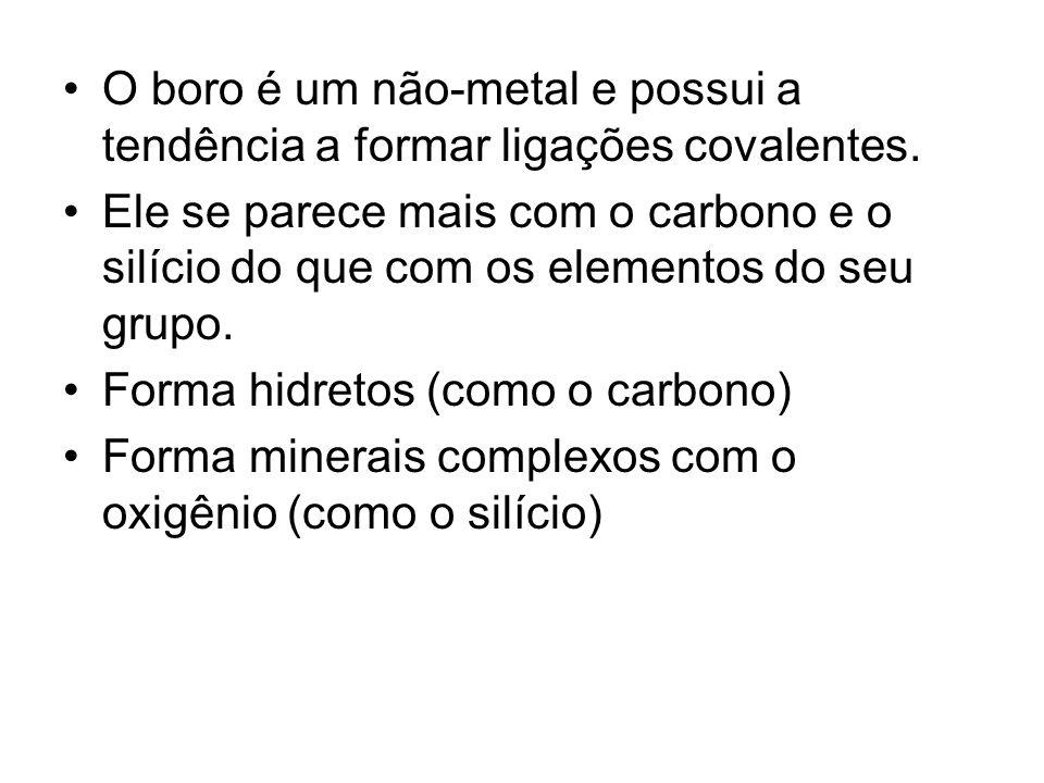 O boro é um não-metal e possui a tendência a formar ligações covalentes. Ele se parece mais com o carbono e o silício do que com os elementos do seu g
