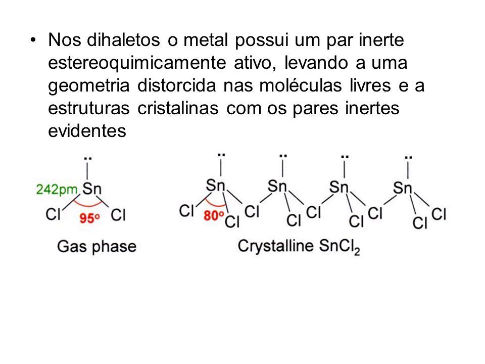 Nos dihaletos o metal possui um par inerte estereoquimicamente ativo, levando a uma geometria distorcida nas moléculas livres e a estruturas cristalin