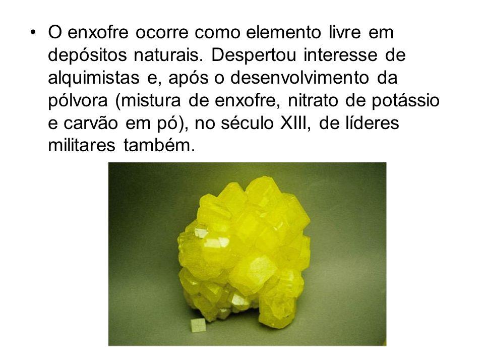 O enxofre ocorre como elemento livre em depósitos naturais. Despertou interesse de alquimistas e, após o desenvolvimento da pólvora (mistura de enxofr