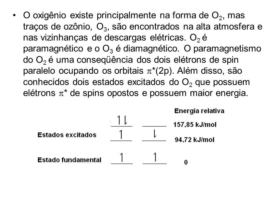 O oxigênio existe principalmente na forma de O 2, mas traços de ozônio, O 3, são encontrados na alta atmosfera e nas vizinhanças de descargas elétrica