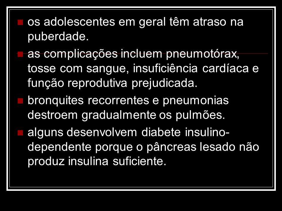 os adolescentes em geral têm atraso na puberdade. as complicações incluem pneumotórax, tosse com sangue, insuficiência cardíaca e função reprodutiva p