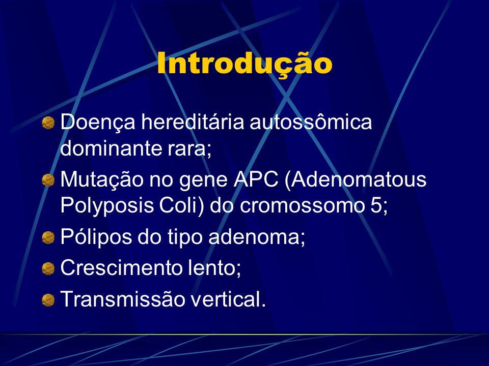 Introdução Doença hereditária autossômica dominante rara; Mutação no gene APC (Adenomatous Polyposis Coli) do cromossomo 5; Pólipos do tipo adenoma; C