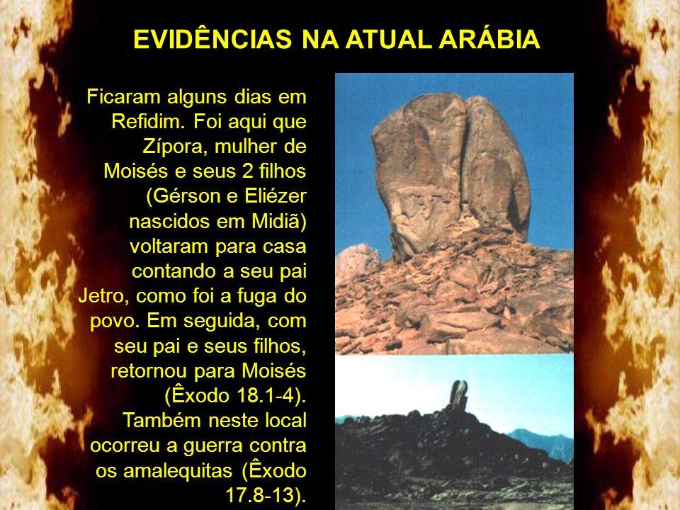 A rocha em Horebe (Massá e Meribá), em Refidim, e uma vista da fenda por onde saía a água (Êxodo 17.6). Nota- se a erosão e o alisamento provocados pe