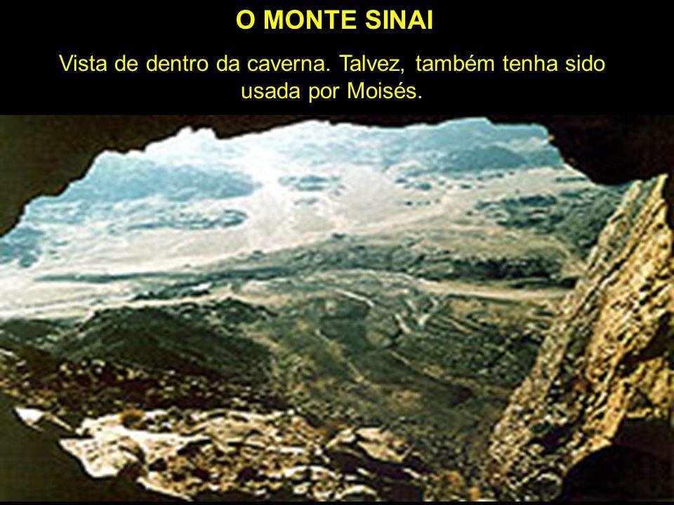 No monte em frente ao pico existem pedras em forma de tábuas. Notar que há uma árvore crescendo entre as pedras. Logo abaixo destas existe uma caverna
