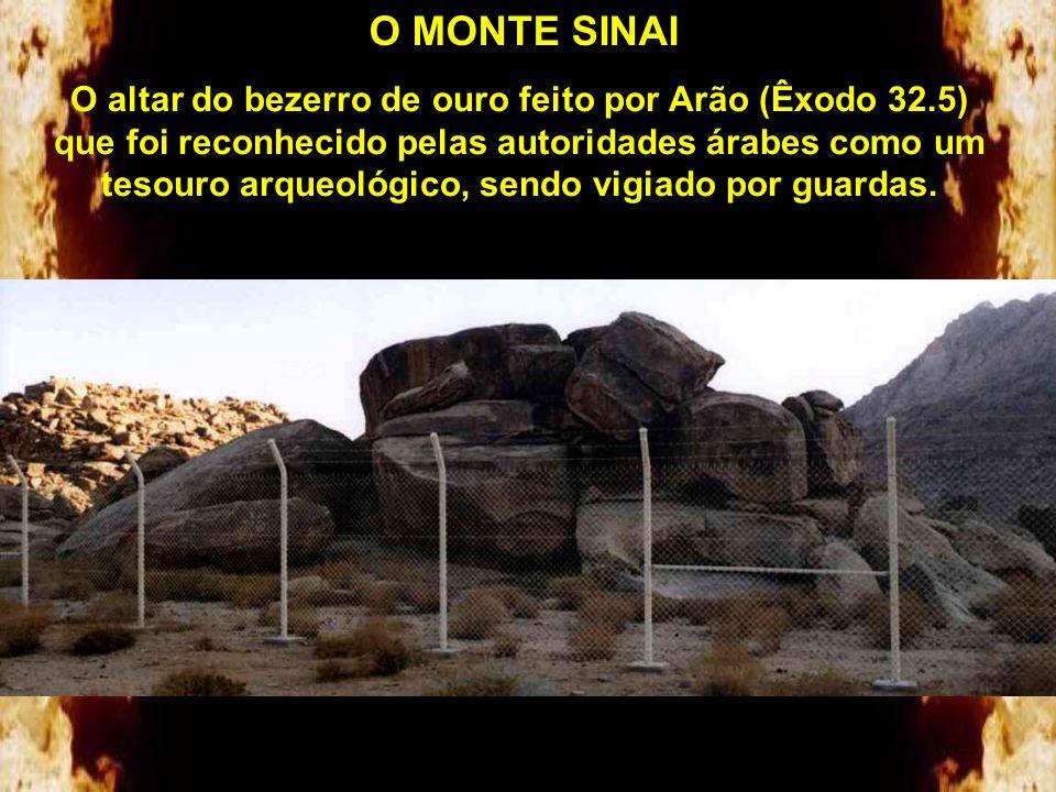 O MONTE SINAI As partes restantes das doze colunas e do altar (Êxodo 24.4). Os árabes o desmontaram levando parte das pedras para uma mesquita na cida
