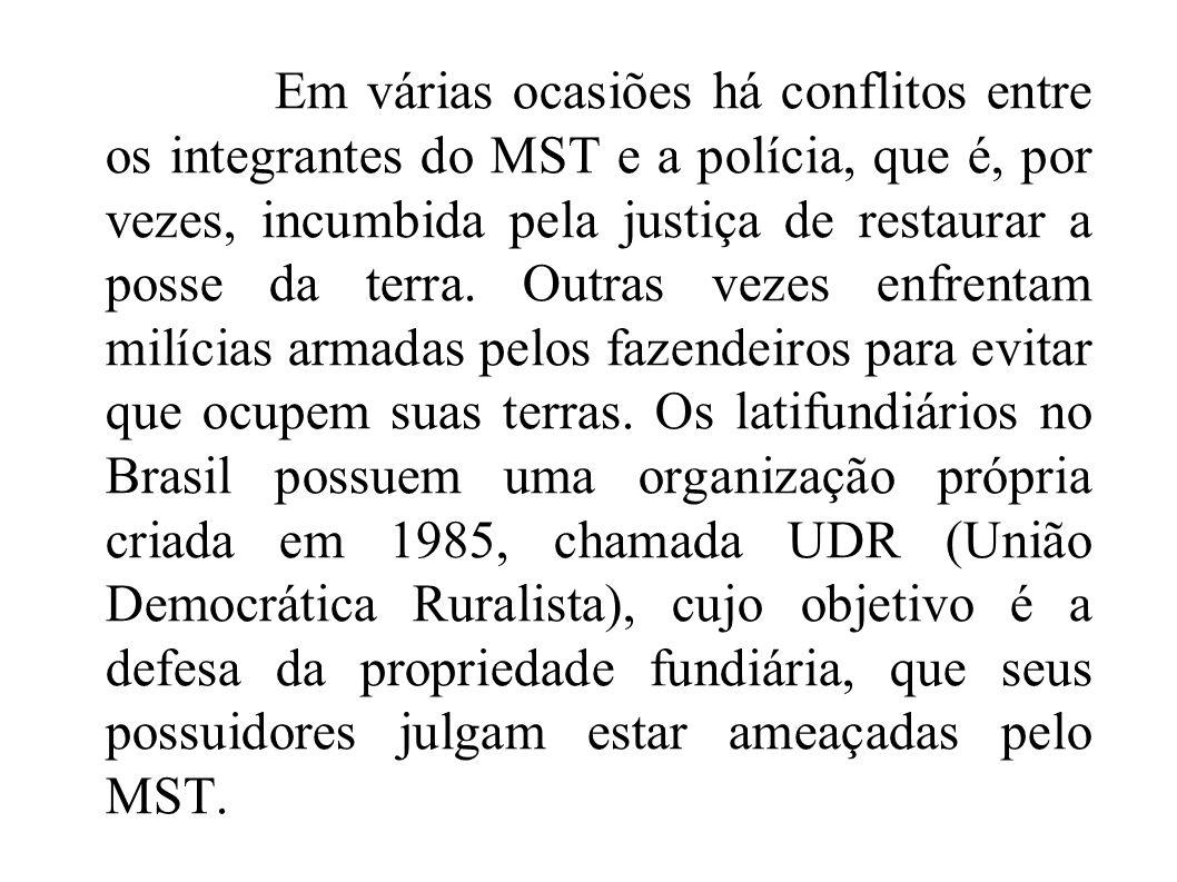 Em várias ocasiões há conflitos entre os integrantes do MST e a polícia, que é, por vezes, incumbida pela justiça de restaurar a posse da terra. Outra