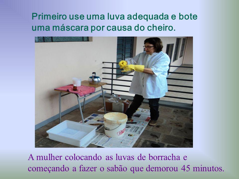 A mulher colocando as luvas de borracha e começando a fazer o sabão que demorou 45 minutos. Primeiro use uma luva adequada e bote uma máscara por caus