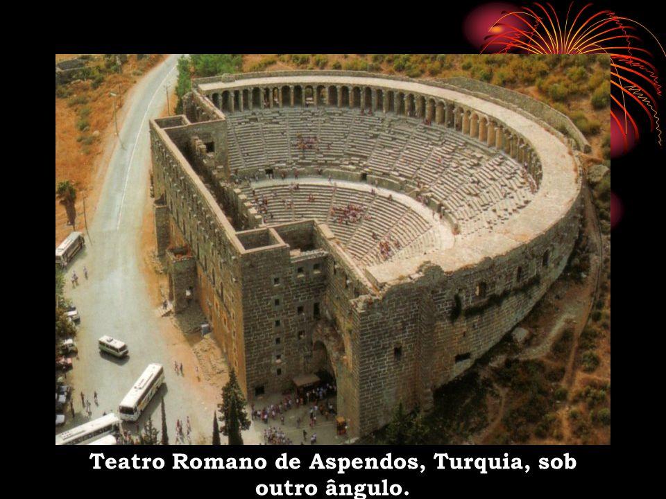 Teatro Romano de Aspendos, Turquia, sob outro ângulo.