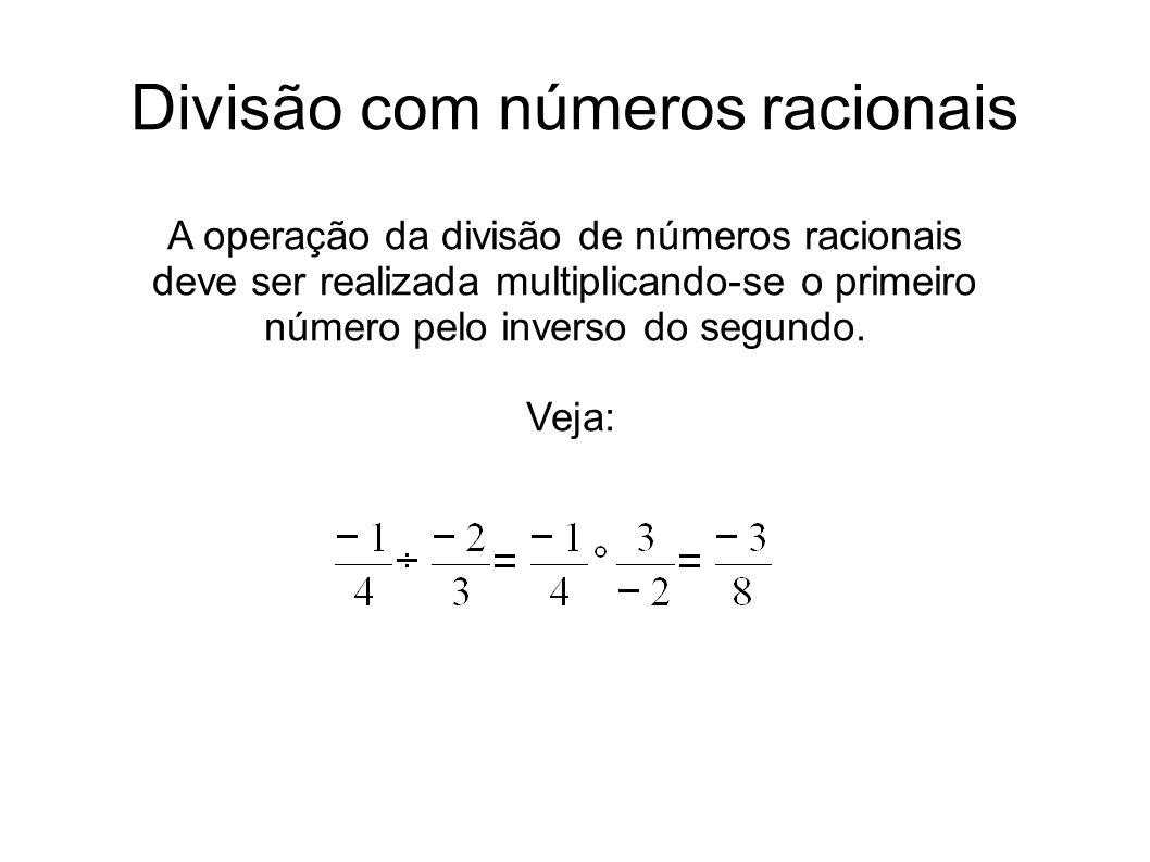 Divisão com números racionais A operação da divisão de números racionais deve ser realizada multiplicando-se o primeiro número pelo inverso do segundo