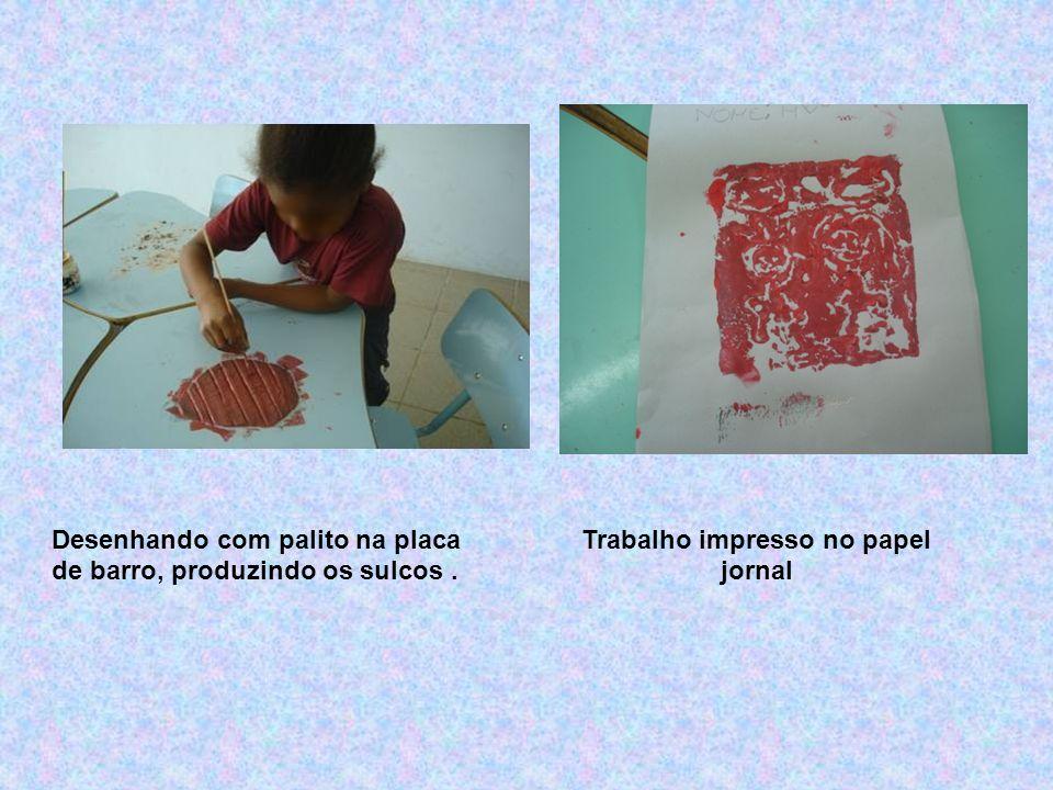 Placa de argila com tinta guache vermelha. Observação do processo