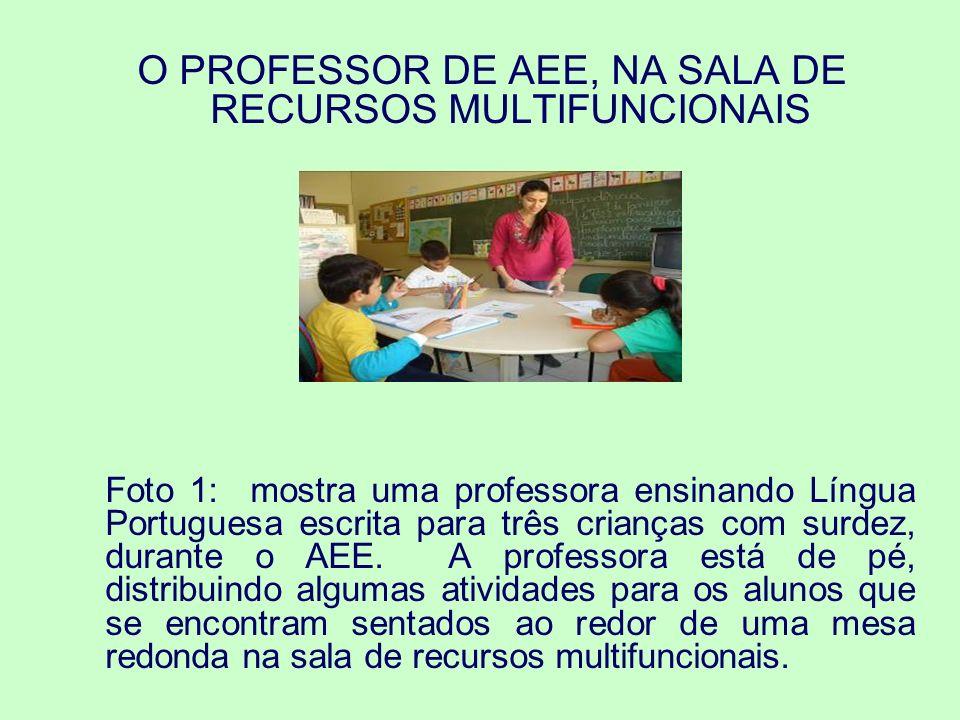 Foto 2: traz um momento do AEE em que a professora do AEE individualiza o atendimento a uma criança com paralisia cerebral.