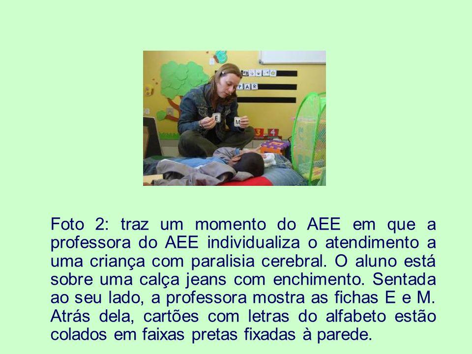 AEE - PRODUÇÃO DE MATERIAIS DIDÁTICOS Foto 3: Mostra uma pasta de comunicação alternativa aberta.