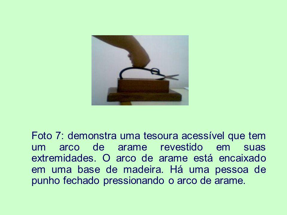 Foto 8: apresenta uma situação de revisão de texto transcrito para o Braille.