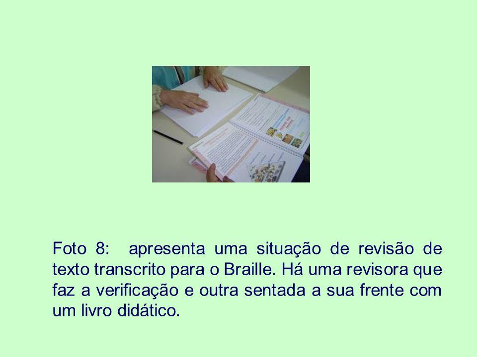 O AEE NAS SALAS DE RECURSOS MULTIFUNCIONAIS Foto 9: mostra uma professora do AEE ensinando o aluno com cegueira a usar a máquina de datilografia Braille.