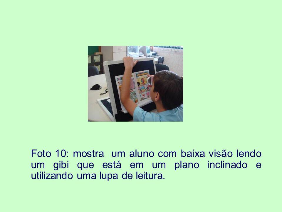 Foto 11: apresenta um aluno com baixa visão, fazendo uso dos recursos da informática acessível.
