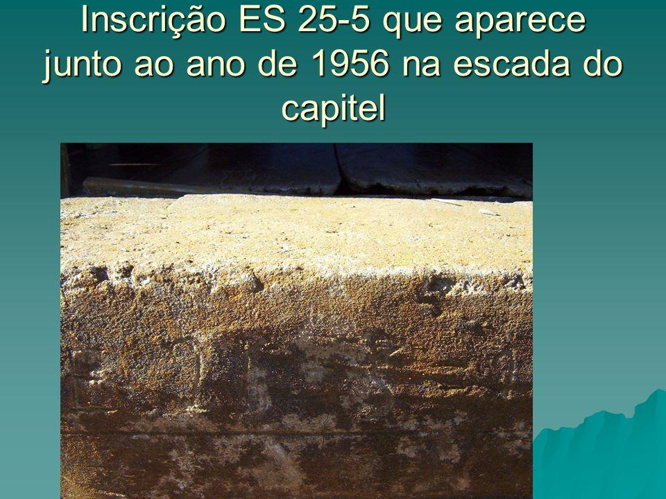 Inscrição ES 25-5 que aparece junto ao ano de 1956 na escada do capitel