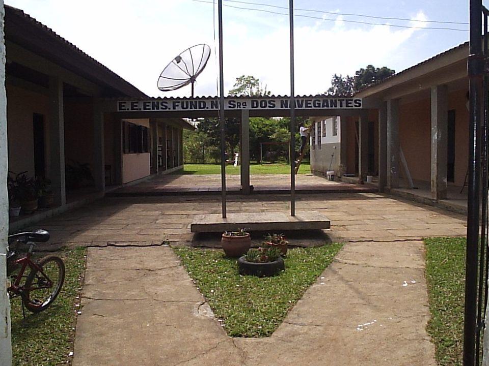 A escola conta com um corpo docente composto de seis professores, sendo uma a diretora.