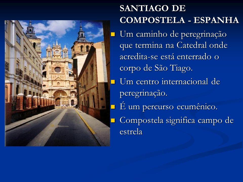 SANTIAGO DE COMPOSTELA - ESPANHA Um caminho de peregrinação que termina na Catedral onde acredita-se está enterrado o corpo de São Tiago.