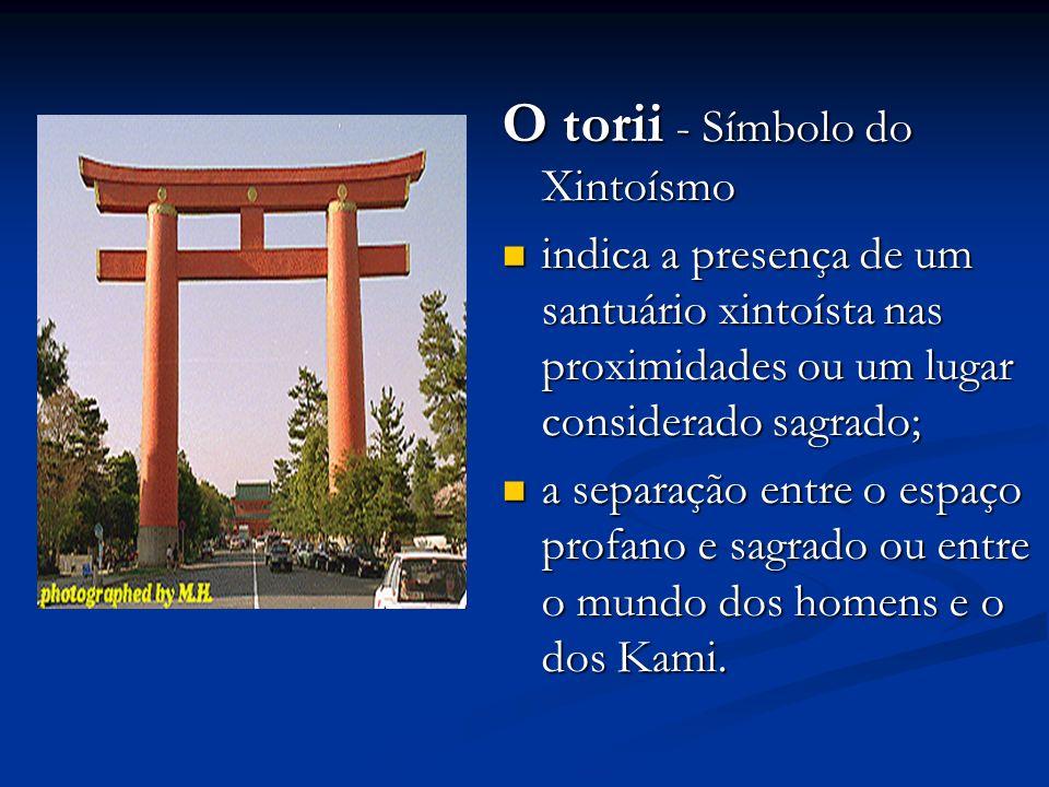 O torii - Símbolo do Xintoísmo indica a presença de um santuário xintoísta nas proximidades ou um lugar considerado sagrado; indica a presença de um santuário xintoísta nas proximidades ou um lugar considerado sagrado; a separação entre o espaço profano e sagrado ou entre o mundo dos homens e o dos Kami.