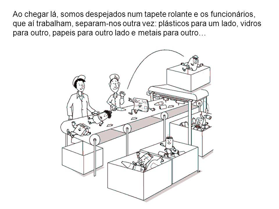 Se aparecem coisas que não podem ser recicladas, são apertadas em grandes fardos que vão para o aterro sanitário, onde são enterrados.