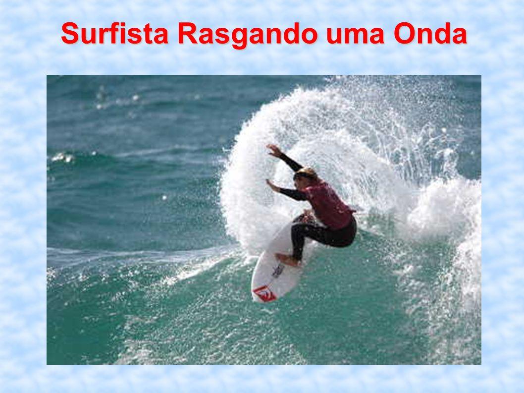 Surfista Rasgando uma Onda