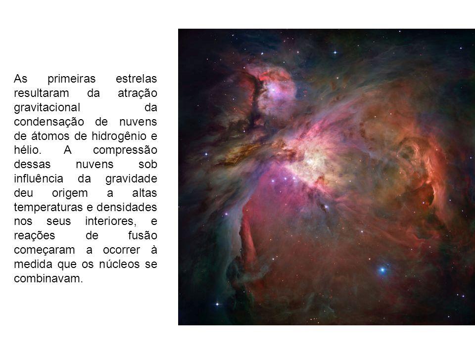 As primeiras estrelas resultaram da atração gravitacional da condensação de nuvens de átomos de hidrogênio e hélio.