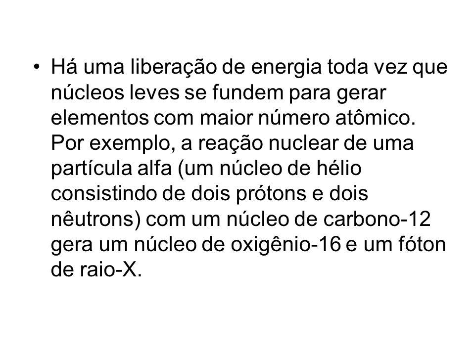 Há uma liberação de energia toda vez que núcleos leves se fundem para gerar elementos com maior número atômico. Por exemplo, a reação nuclear de uma p