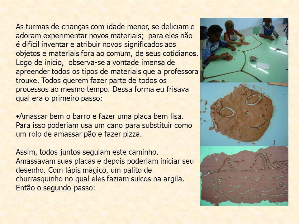Desenhar sobre a placa de barro lisa, cuidando para deixar a superfície lisa, bem as rebarbas de barro.