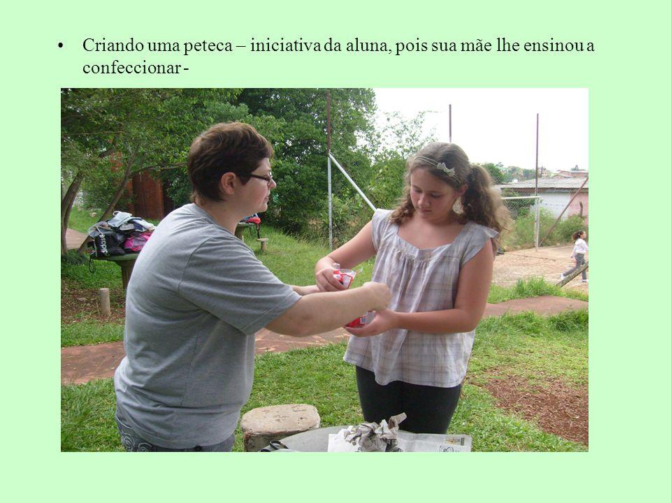 Criando uma peteca – iniciativa da aluna, pois sua mãe lhe ensinou a confeccionar -