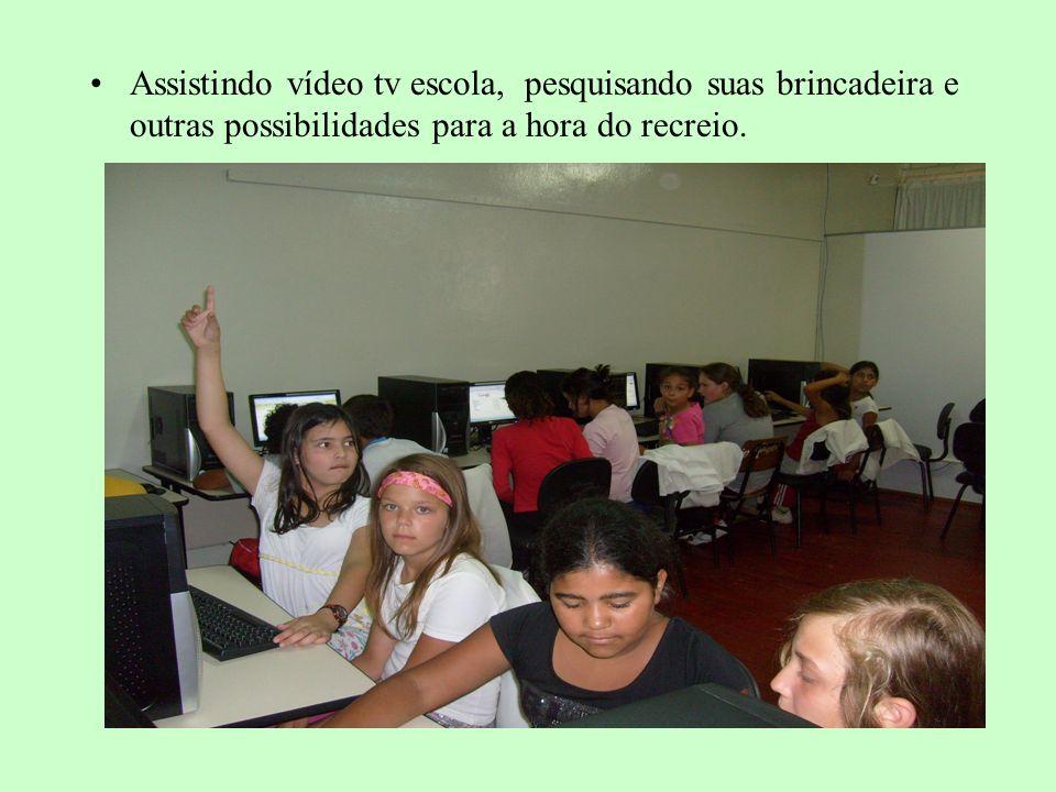 Assistindo vídeo tv escola, pesquisando suas brincadeira e outras possibilidades para a hora do recreio.