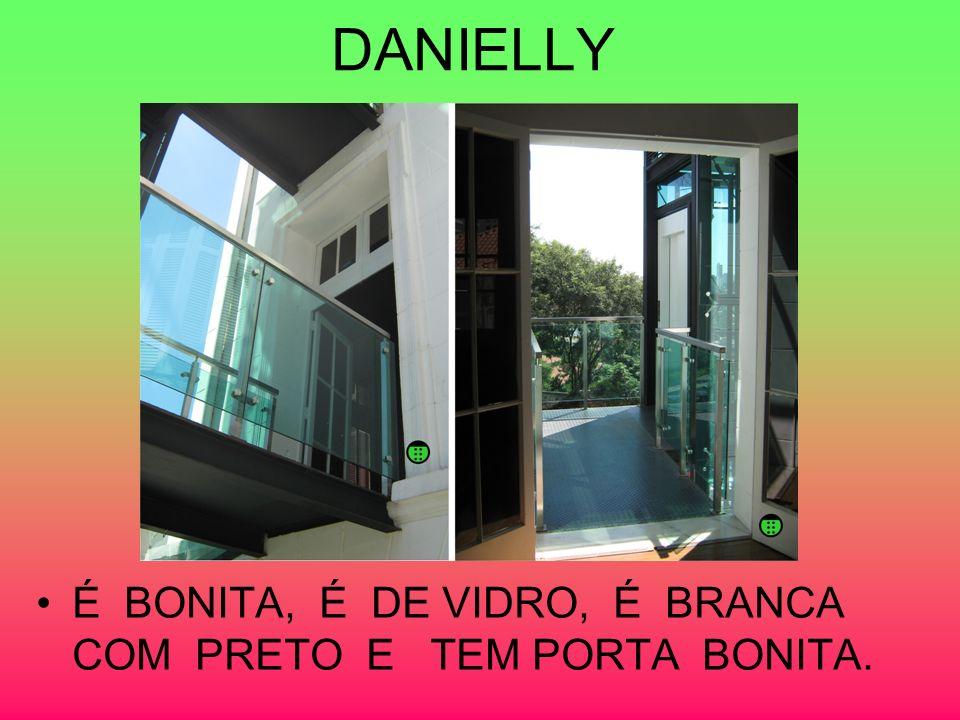 DANIELLY É BONITA, É DE VIDRO, É BRANCA COM PRETO E TEM PORTA BONITA.