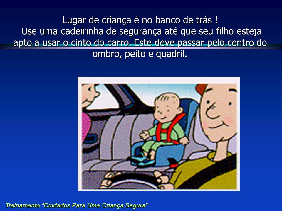 Lugar de criança é no banco de trás ! Use uma cadeirinha de segurança até que seu filho esteja apto a usar o cinto do carro. Este deve passar pelo cen