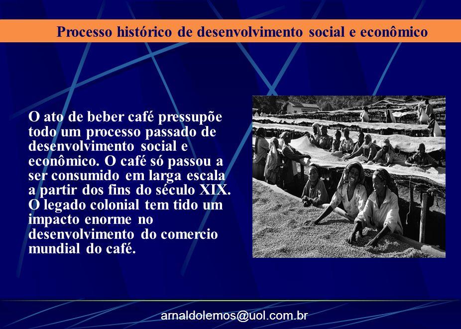 arnaldolemos@uol.com.br O ato de beber café pressupõe todo um processo passado de desenvolvimento social e econômico. O café só passou a ser consumido