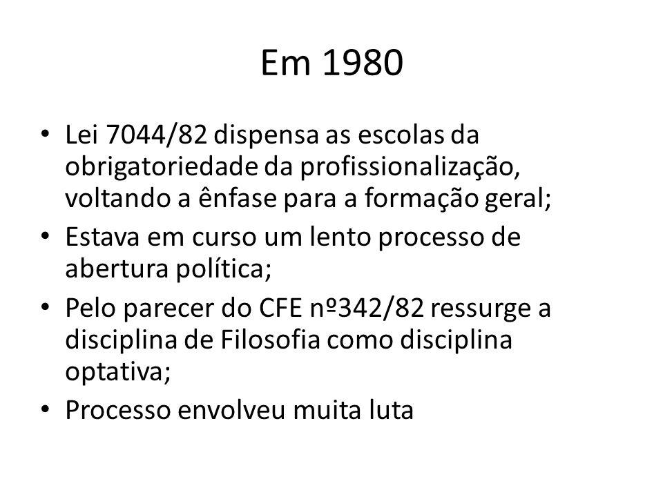 Em 1980 Lei 7044/82 dispensa as escolas da obrigatoriedade da profissionalização, voltando a ênfase para a formação geral; Estava em curso um lento pr