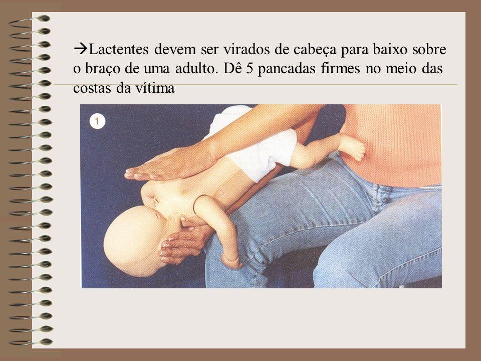 Lactentes devem ser virados de cabeça para baixo sobre o braço de uma adulto. Dê 5 pancadas firmes no meio das costas da vítima
