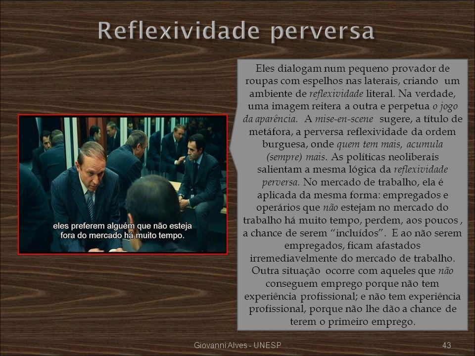 Giovanni Alves - UNESP43 Eles dialogam num pequeno provador de roupas com espelhos nas laterais, criando um ambiente de reflexividade literal. Na verd