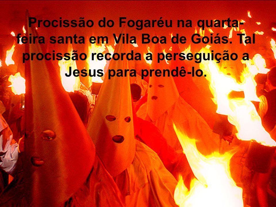 Procissão do Fogaréu na quarta- feira santa em Vila Boa de Goiás. Tal procissão recorda a perseguição a Jesus para prendê-lo.