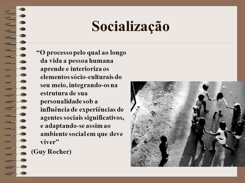 Socialização O processo pelo qual ao longo da vida a pessoa humana aprende e interioriza os elementos sócio-culturais do seu meio, integrando-os na es