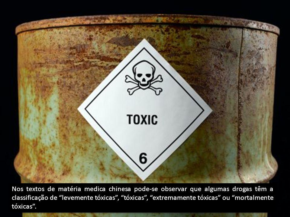 Nos textos de matéria medica chinesa pode-se observar que algumas drogas têm a classificação de levemente tóxicas, tóxicas, extremamente tóxicas ou mortalmente tóxicas.