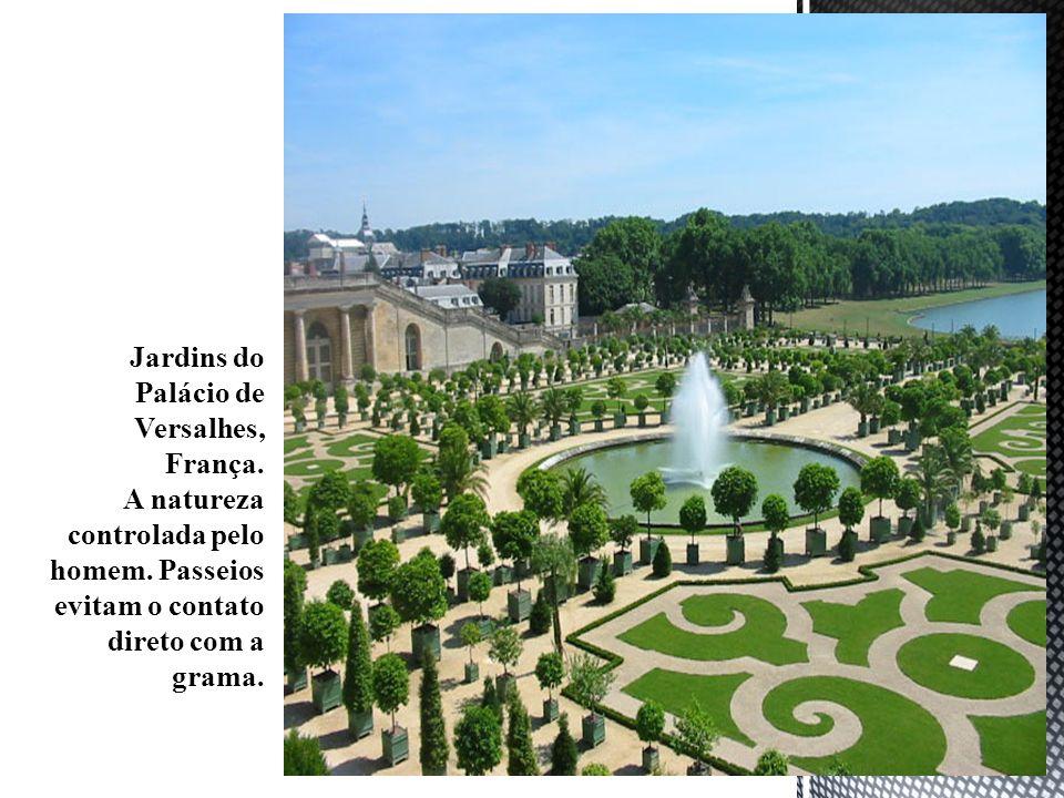 Jardins do Palácio de Versalhes, França. A natureza controlada pelo homem. Passeios evitam o contato direto com a grama.