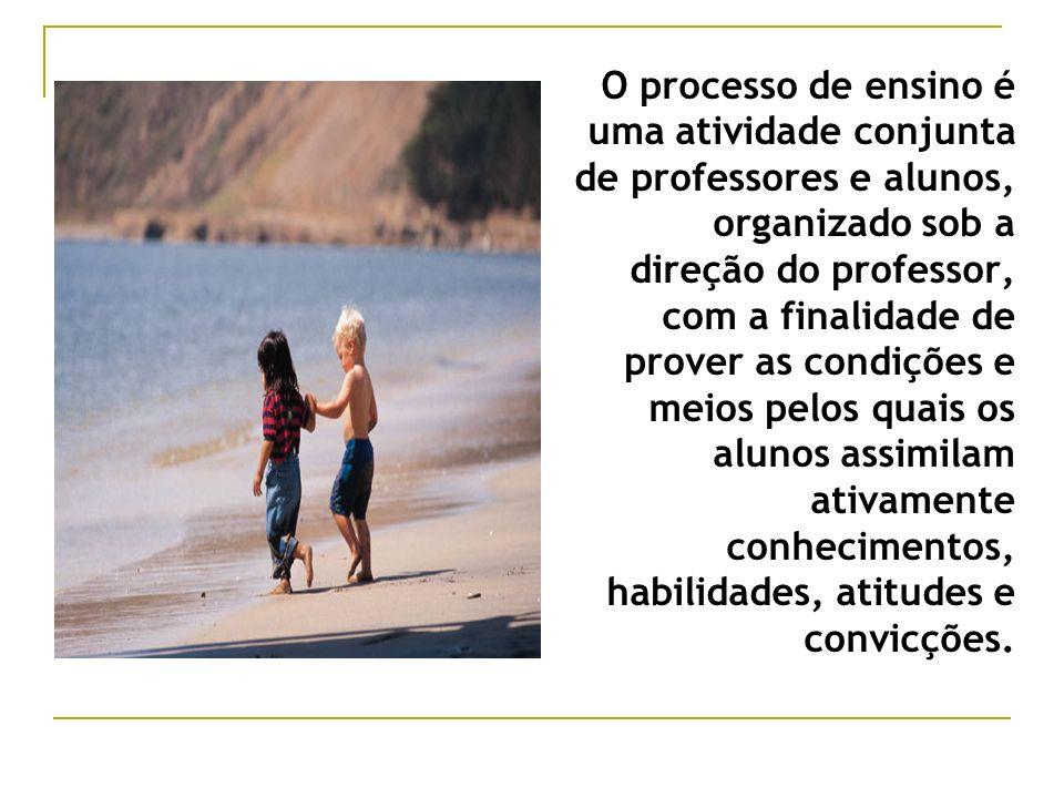 O processo de ensino é uma atividade conjunta de professores e alunos, organizado sob a direção do professor, com a finalidade de prover as condições