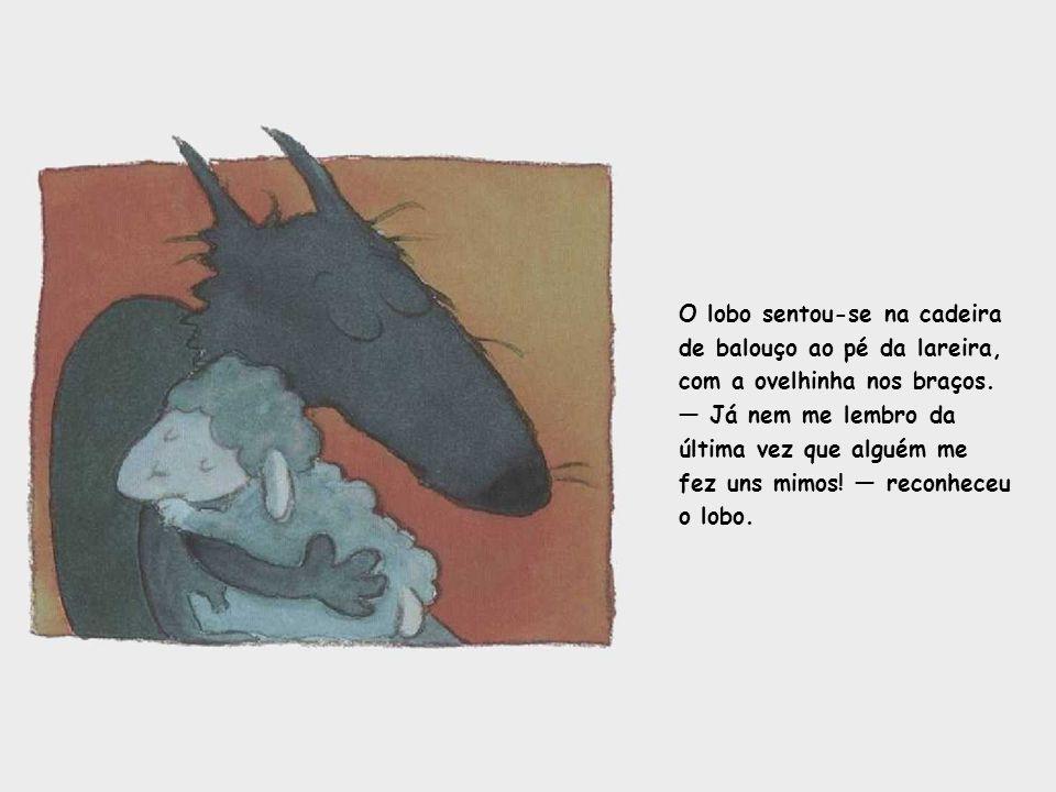 O lobo sentou-se na cadeira de balouço ao pé da lareira, com a ovelhinha nos braços.