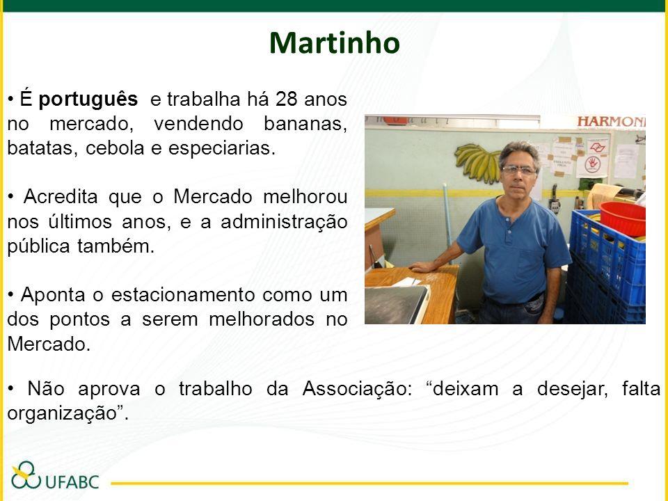 Martinho É português e trabalha há 28 anos no mercado, vendendo bananas, batatas, cebola e especiarias. Acredita que o Mercado melhorou nos últimos an