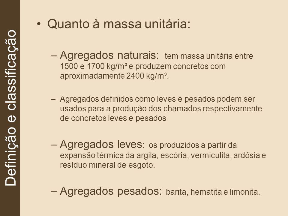 Quanto à massa unitária: –Agregados naturais: tem massa unitária entre 1500 e 1700 kg/m³ e produzem concretos com aproximadamente 2400 kg/m³. –Agregad