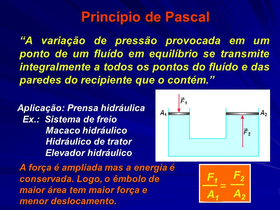 Exemplo (PEIES 99) Observe o esquema de uma prensa hidráulica usada nos postos de serviço automotivo, a qual tem funcionamento baseado no princípio de __________, que garante que qualquer pressão exercida no pistão aparece _________ no pistão.