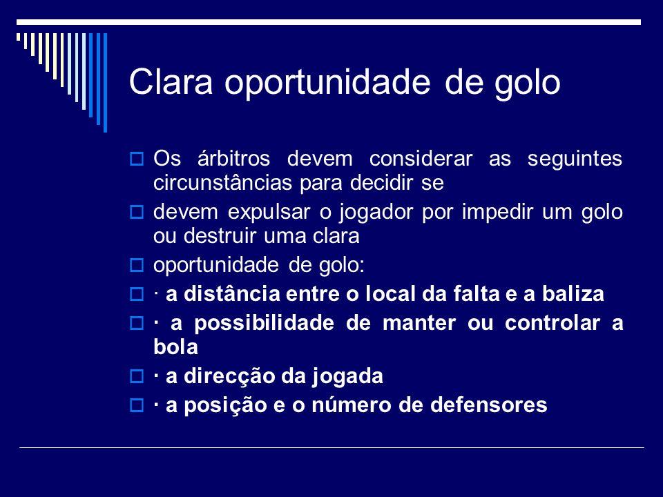 Clara oportunidade de golo Os árbitros devem considerar as seguintes circunstâncias para decidir se devem expulsar o jogador por impedir um golo ou de